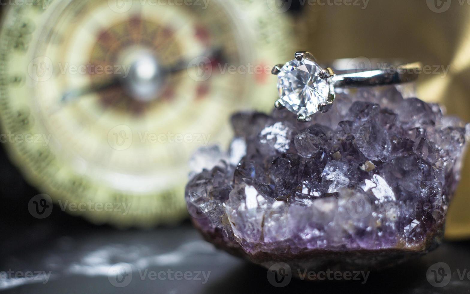 cerca del anillo de diamantes de compromiso. concepto de amor y boda foto