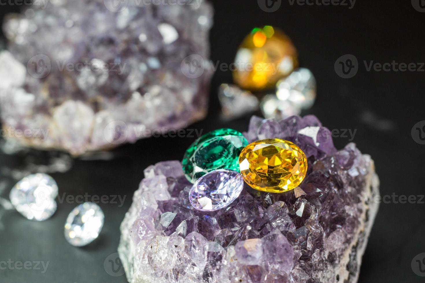 Piedra preciosa de zafiro natural, joya o gemas en color negro brillante, colección de muchas piedras preciosas naturales diferentes amatista foto