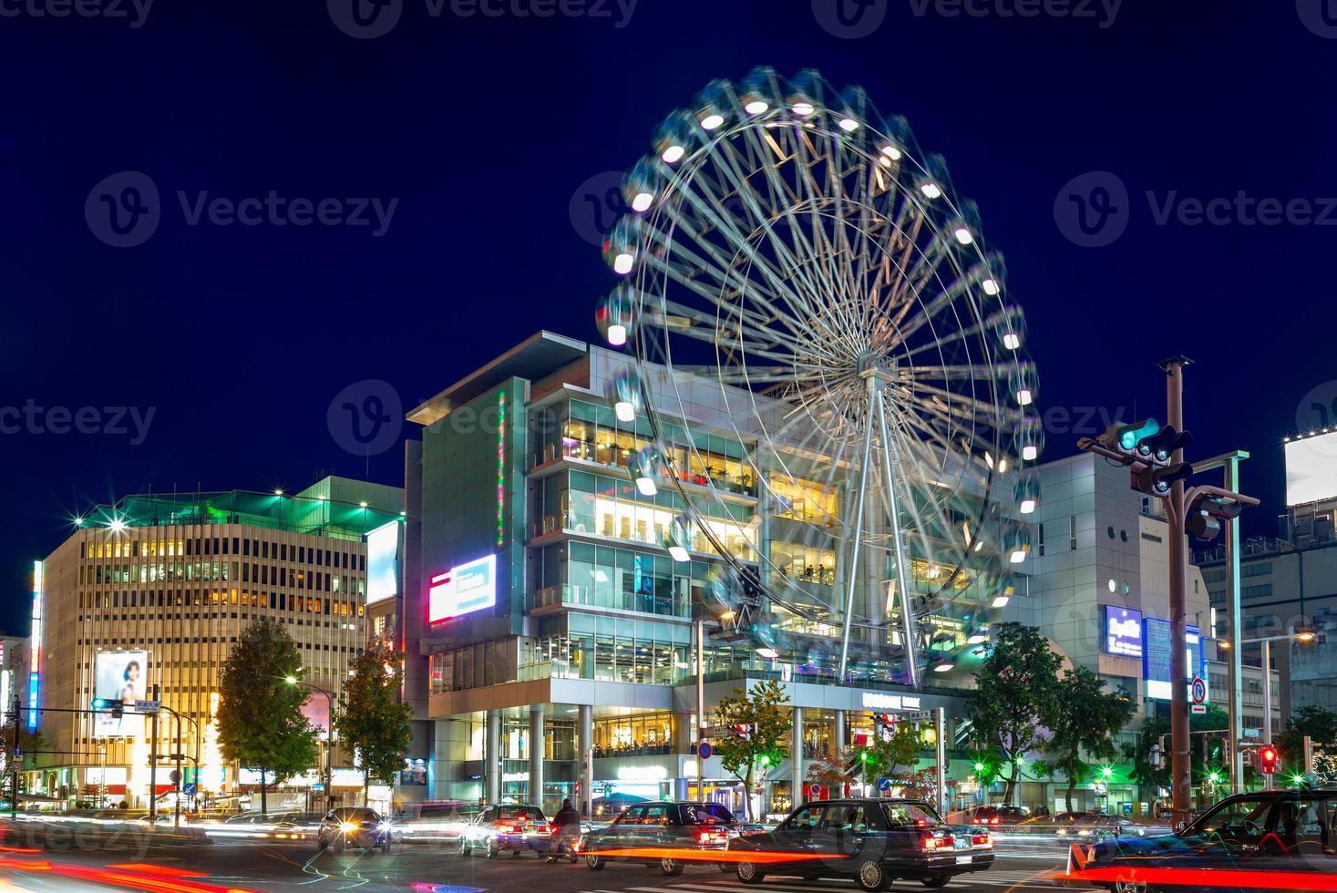 Vista de la calle de Nagoya con noria en Japón foto