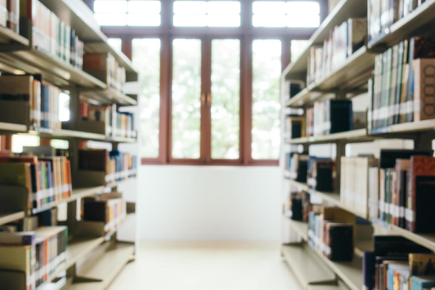 Desenfoque abstracto y estantería desenfocada en la biblioteca foto