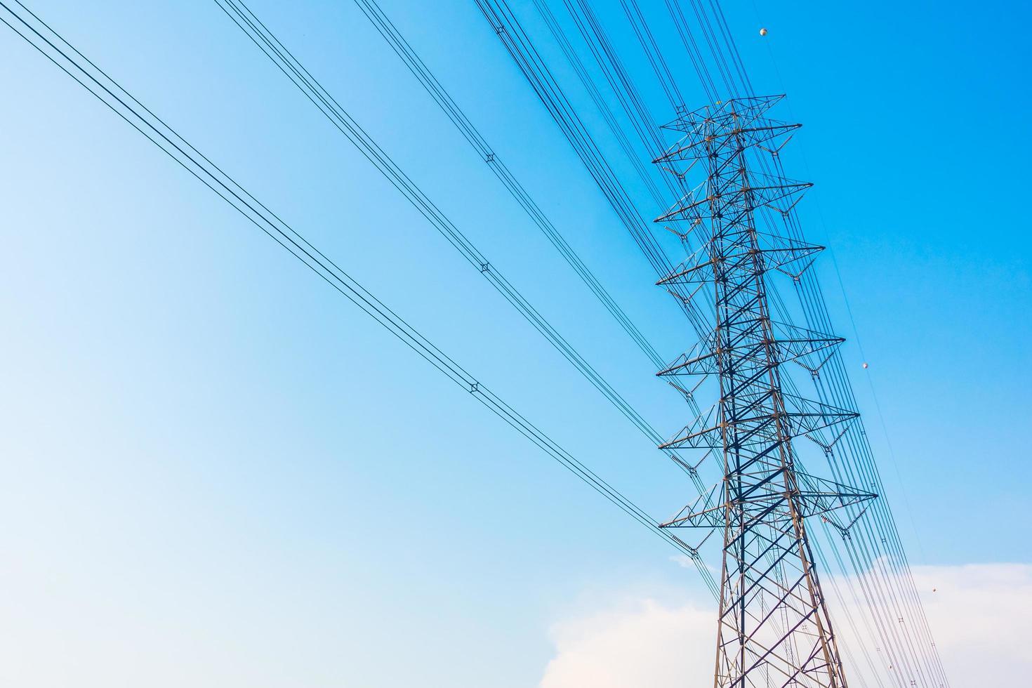 poste de electricidad con alto voltaje foto