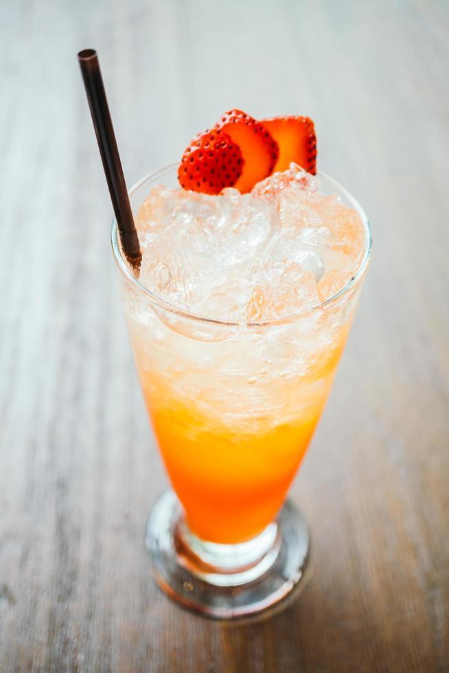 jugo de ponche de frutas helado en vidrio foto