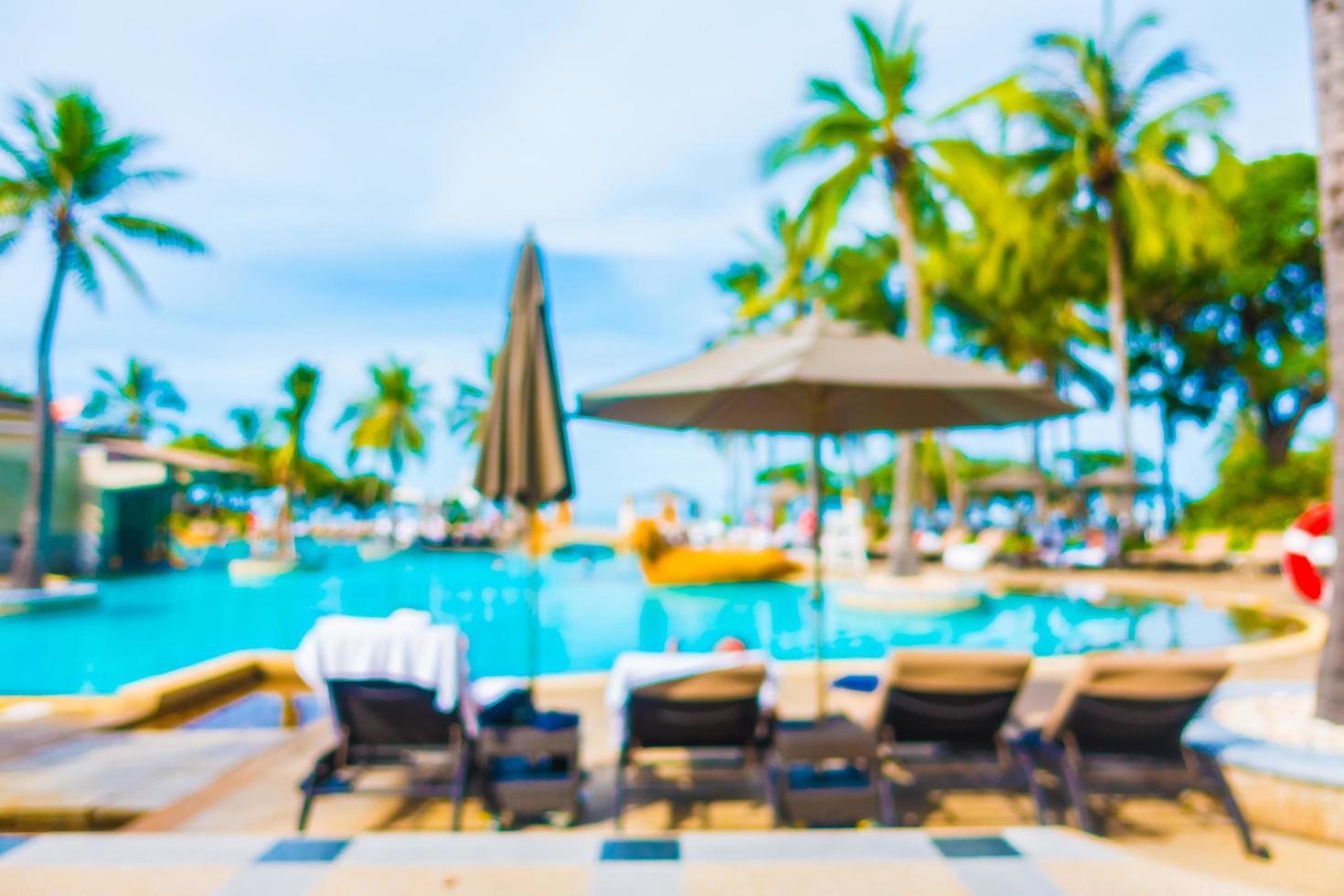 Borroso abstracto palmera de coco alrededor de la piscina foto