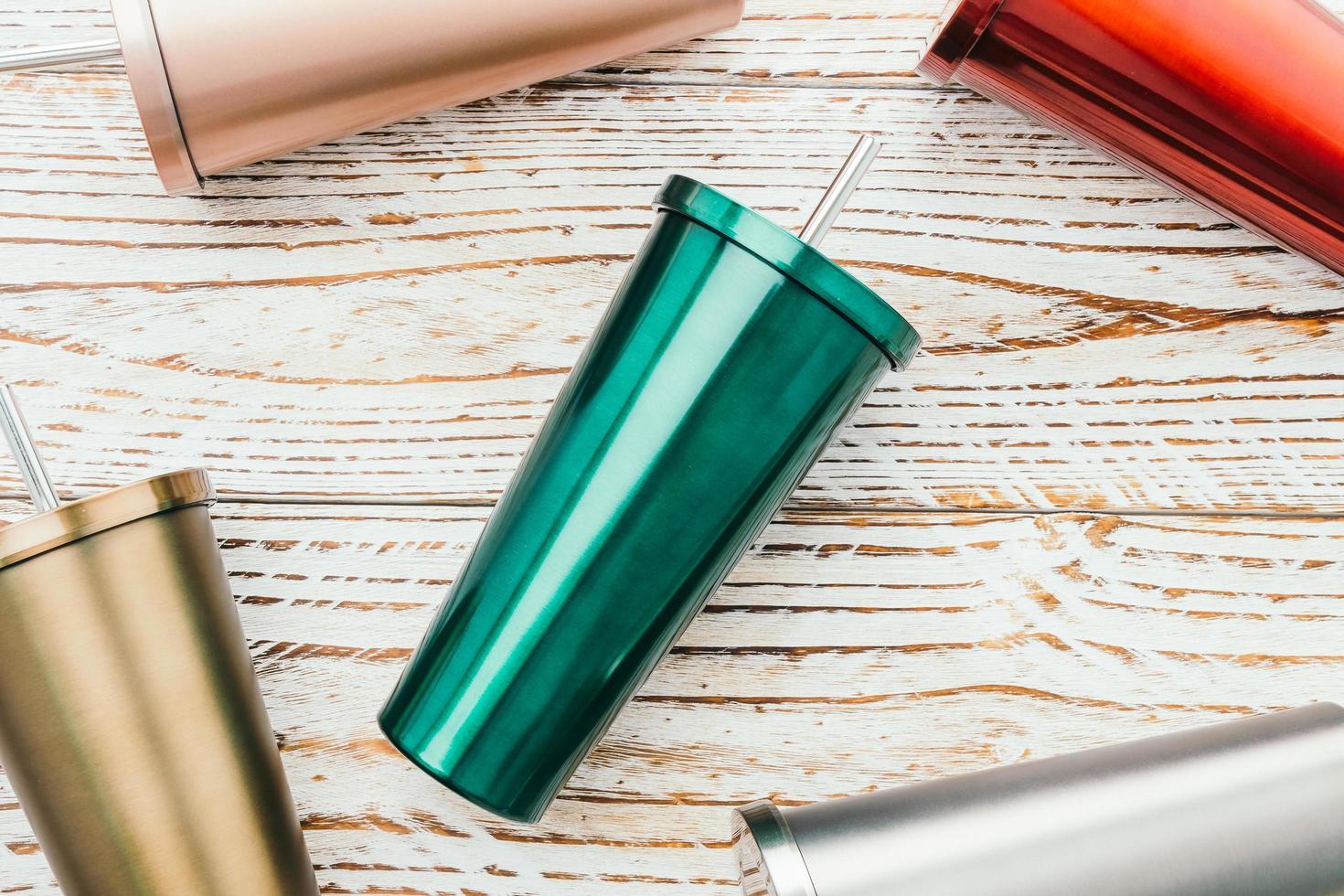 taza de acero inoxidable y vaso foto