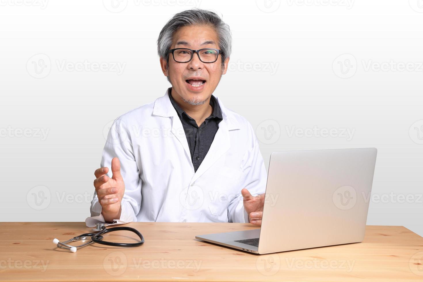 hombre asiático sentado foto