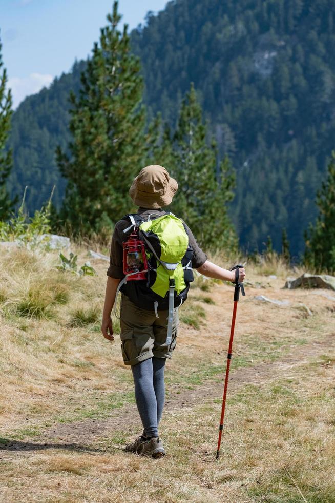 Viajero joven con mochila en las montañas foto