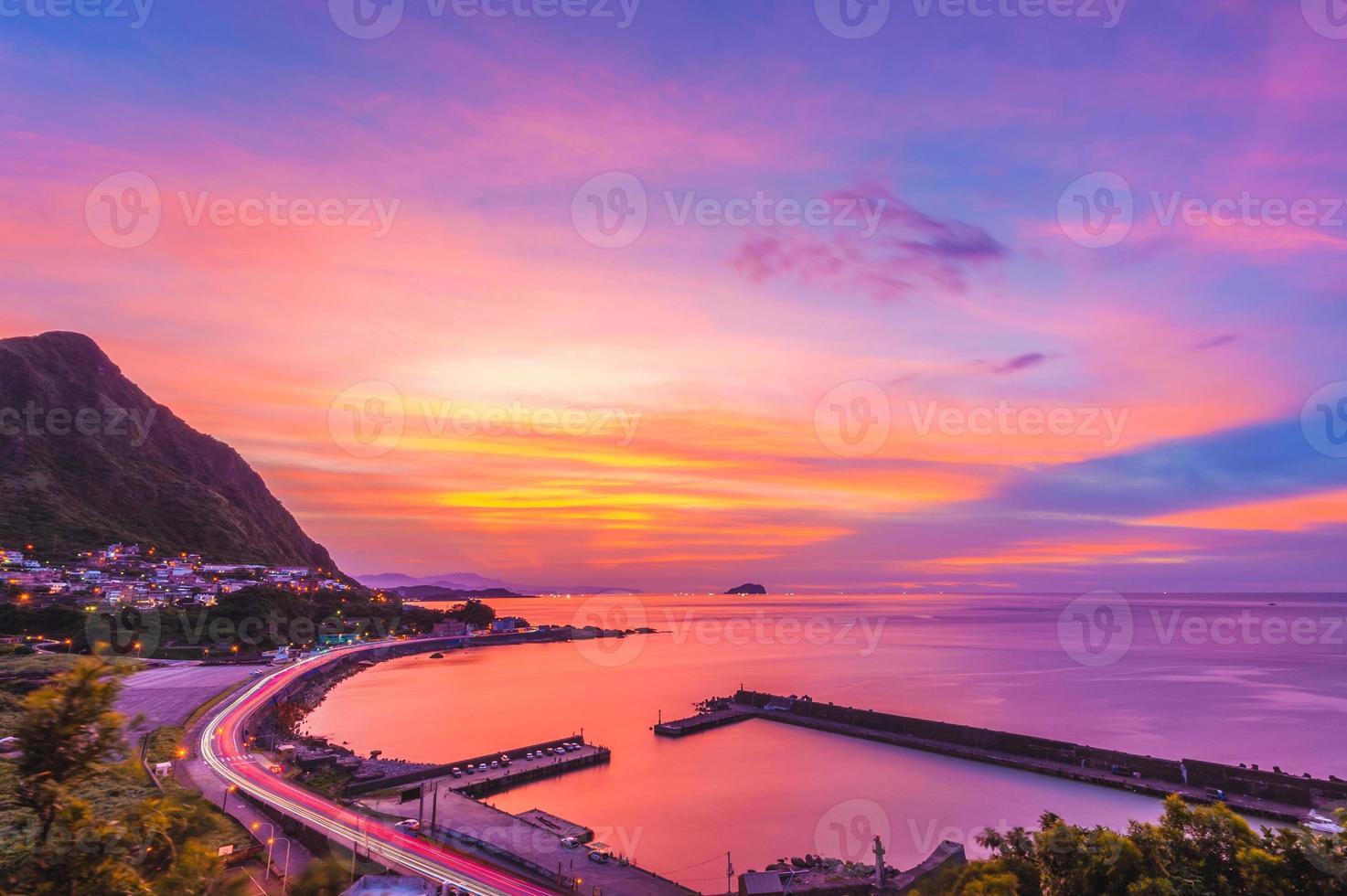 Vista nocturna de la costa norte de New Taipei, Taiwán. foto