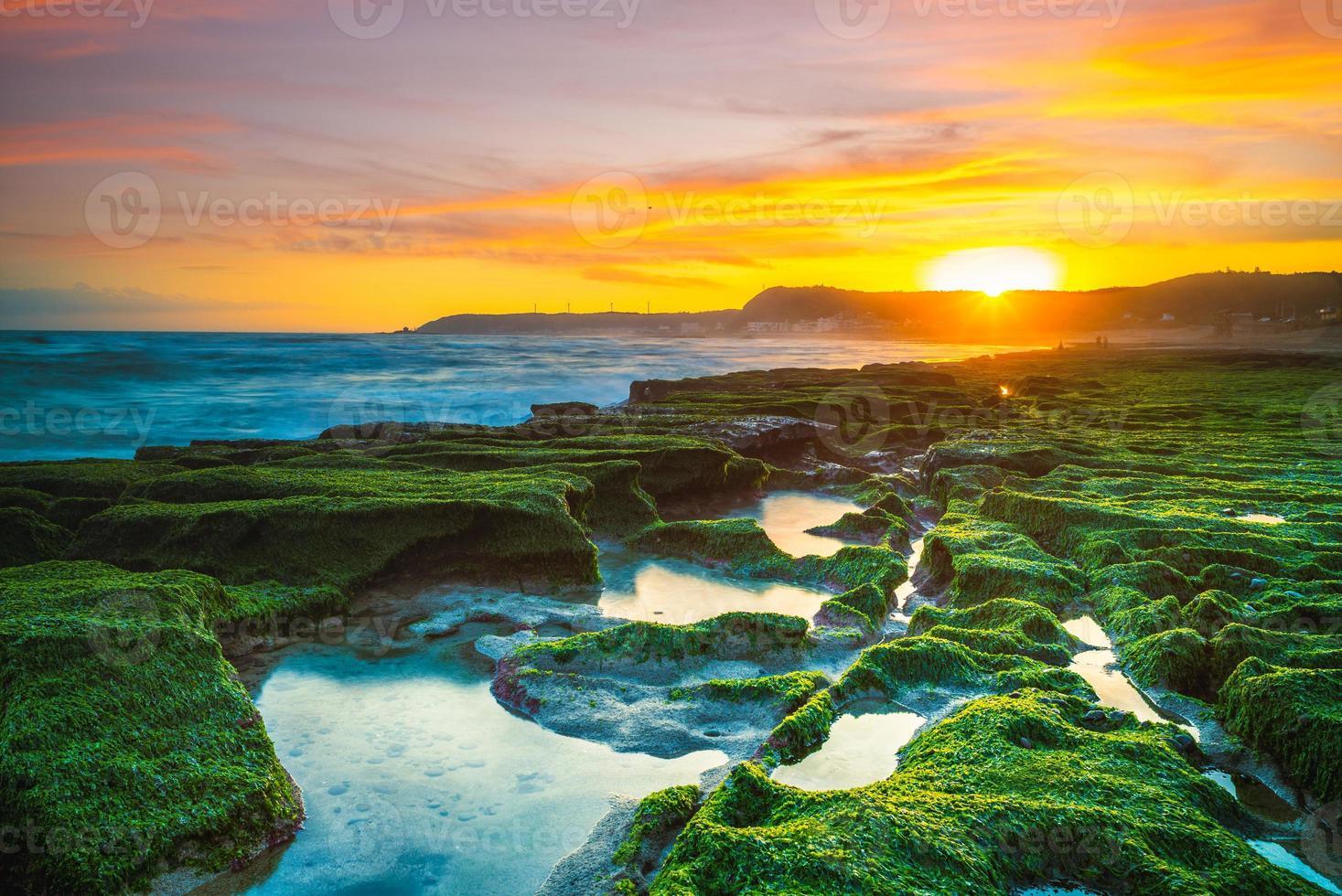 Amanecer en el arrecife verde de Laomei, costa norte, Taiwán foto