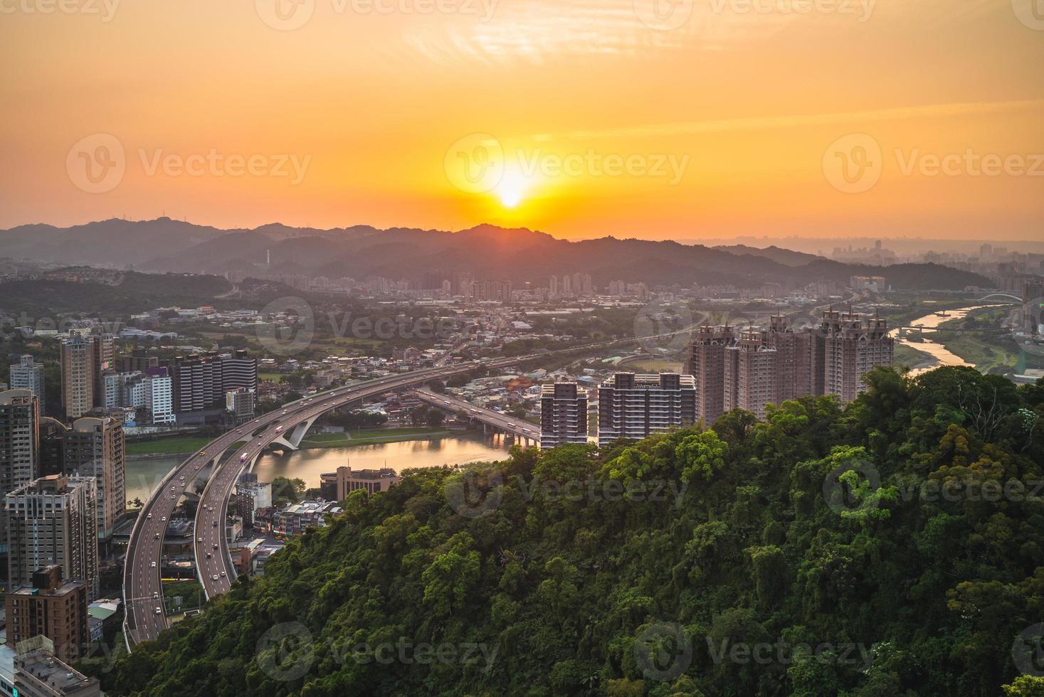 Nuevo Taipei con la autopista al anochecer, Taiwán foto