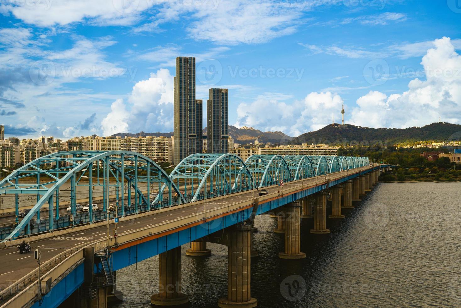 Torre de Seúl y puente Dongjak sobre el río Han en Seúl, Corea del Sur foto