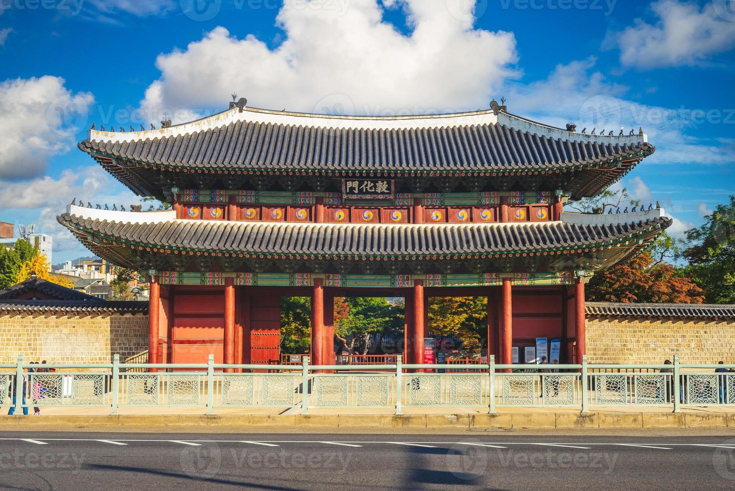 donhwamun, puerta principal del palacio changdeokgung de seúl en corea del sur foto