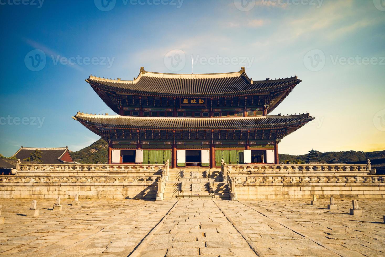 geunjeongjeon, salón del trono principal de gyeongbokgung en seúl, corea del sur foto