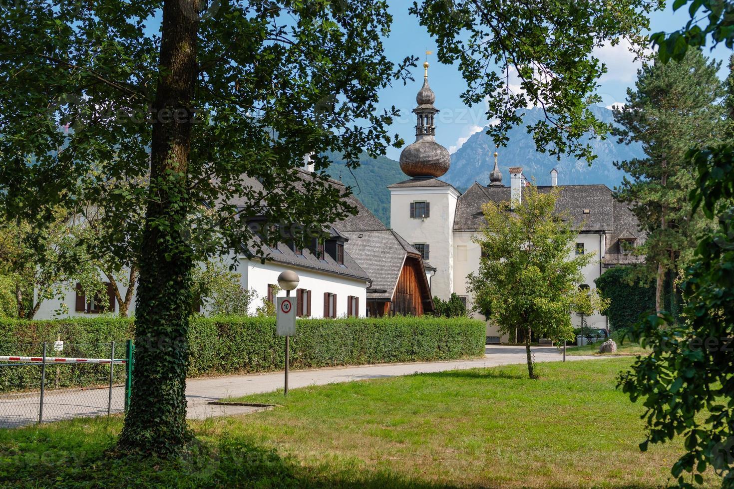 gmunden schloss ort o complejo schloss orth en el lago traunsee en la ciudad de gmunden, austria. foto