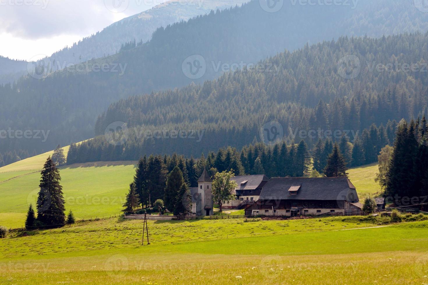 un pequeño pueblo típico austriaco al pie de las montañas alpinas. foto
