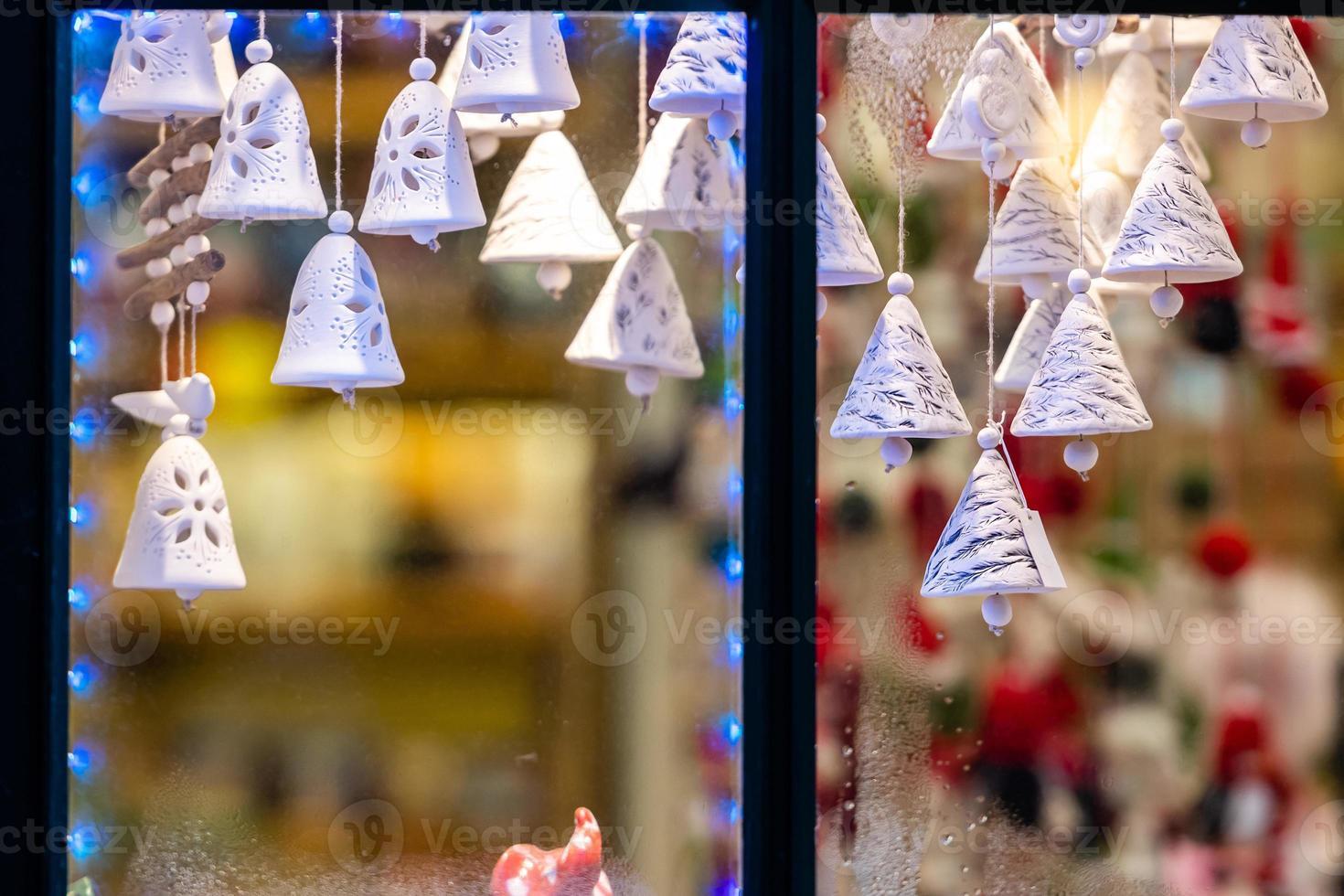 la ventana a través de la cual se ven los adornos navideños. concepto de tiempo de Navidad. foto