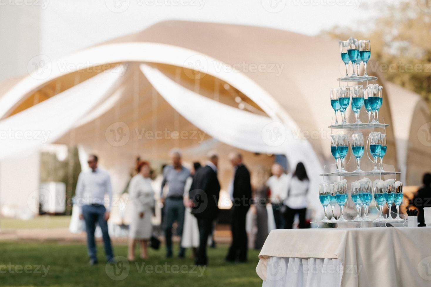 buffet de bienvenida con alcohol y snacks, sándwiches, cupcakes foto