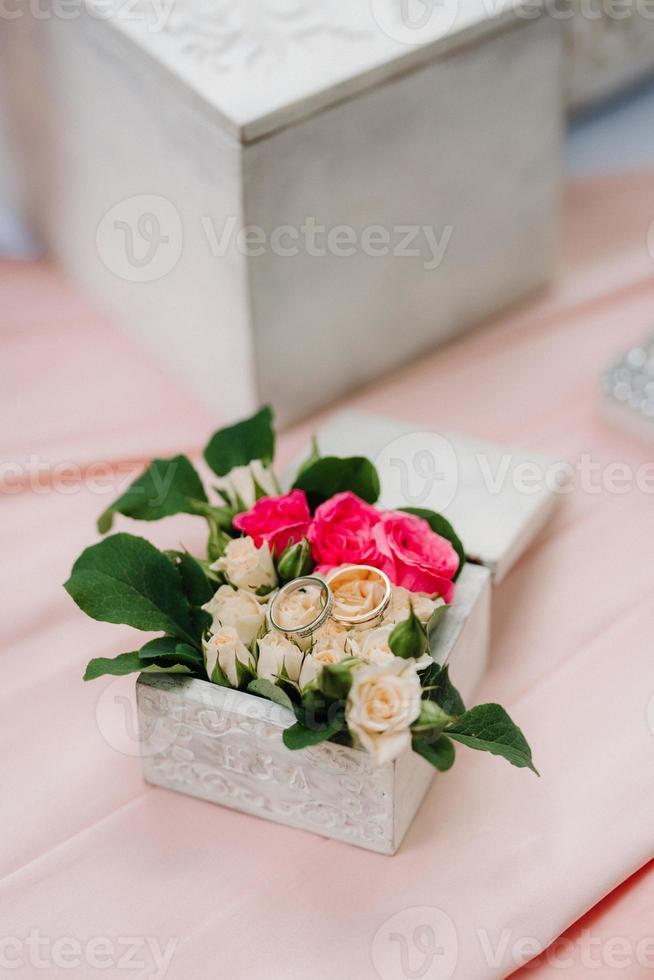 gold wedding rings photo