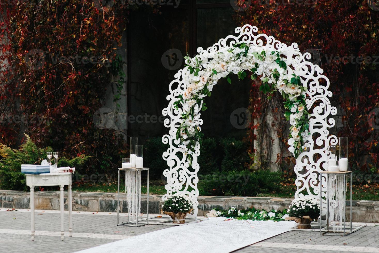 ceremonia de boda en el bosque entre los árboles en la pista verde foto