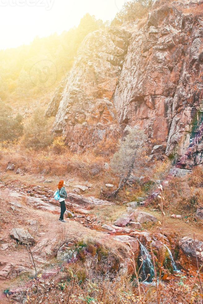 excursionista mujer caminando en el bosque de las montañas. foto