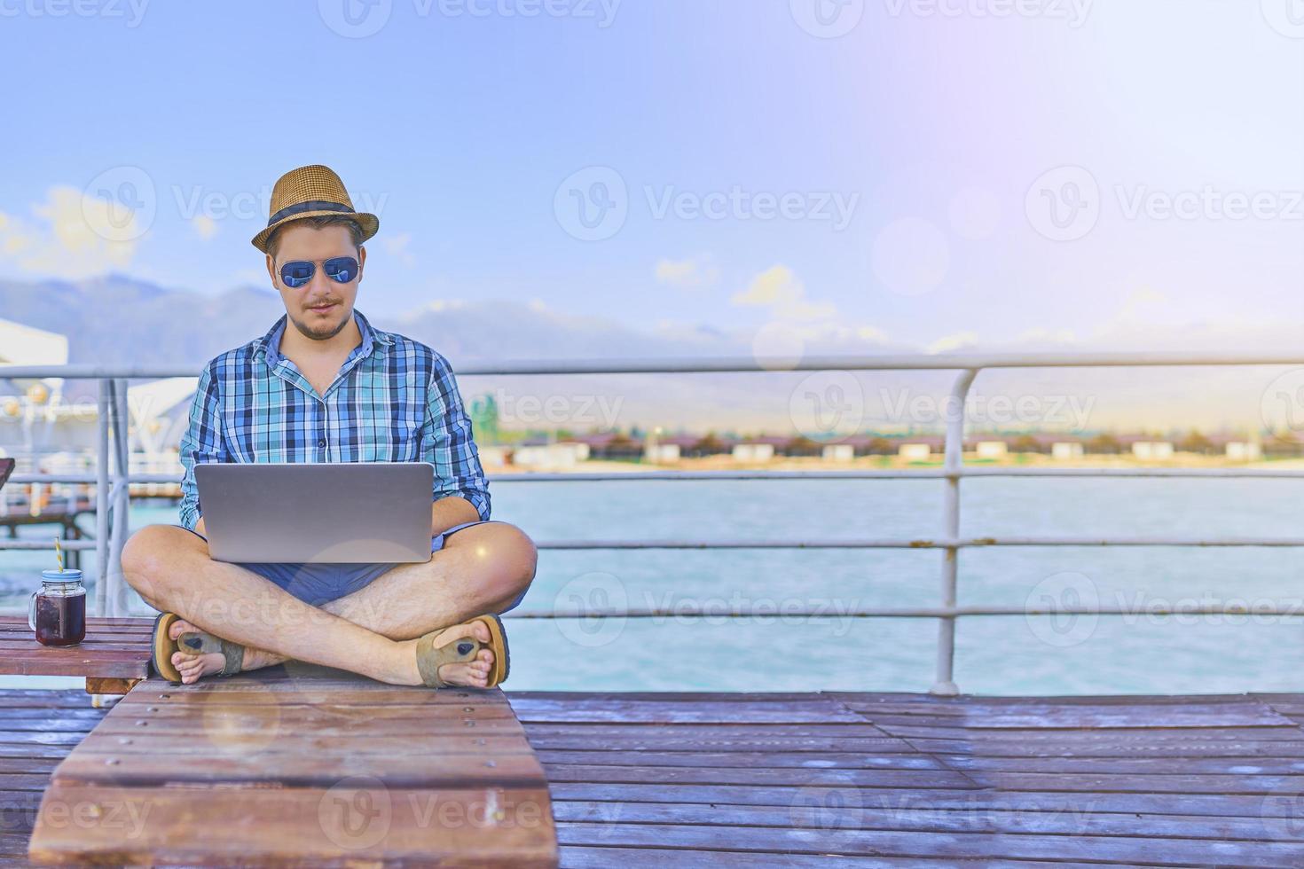 un hombre está trabajando de vacaciones. foto