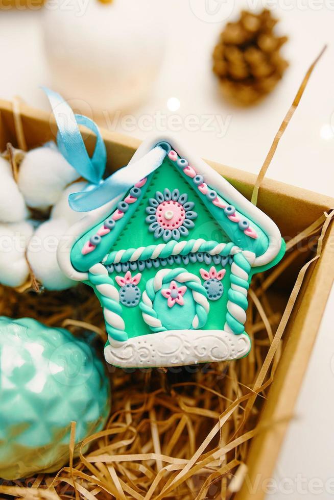 regalo de navidad con casita de jengibre hecha de arcilla polimérica. foto