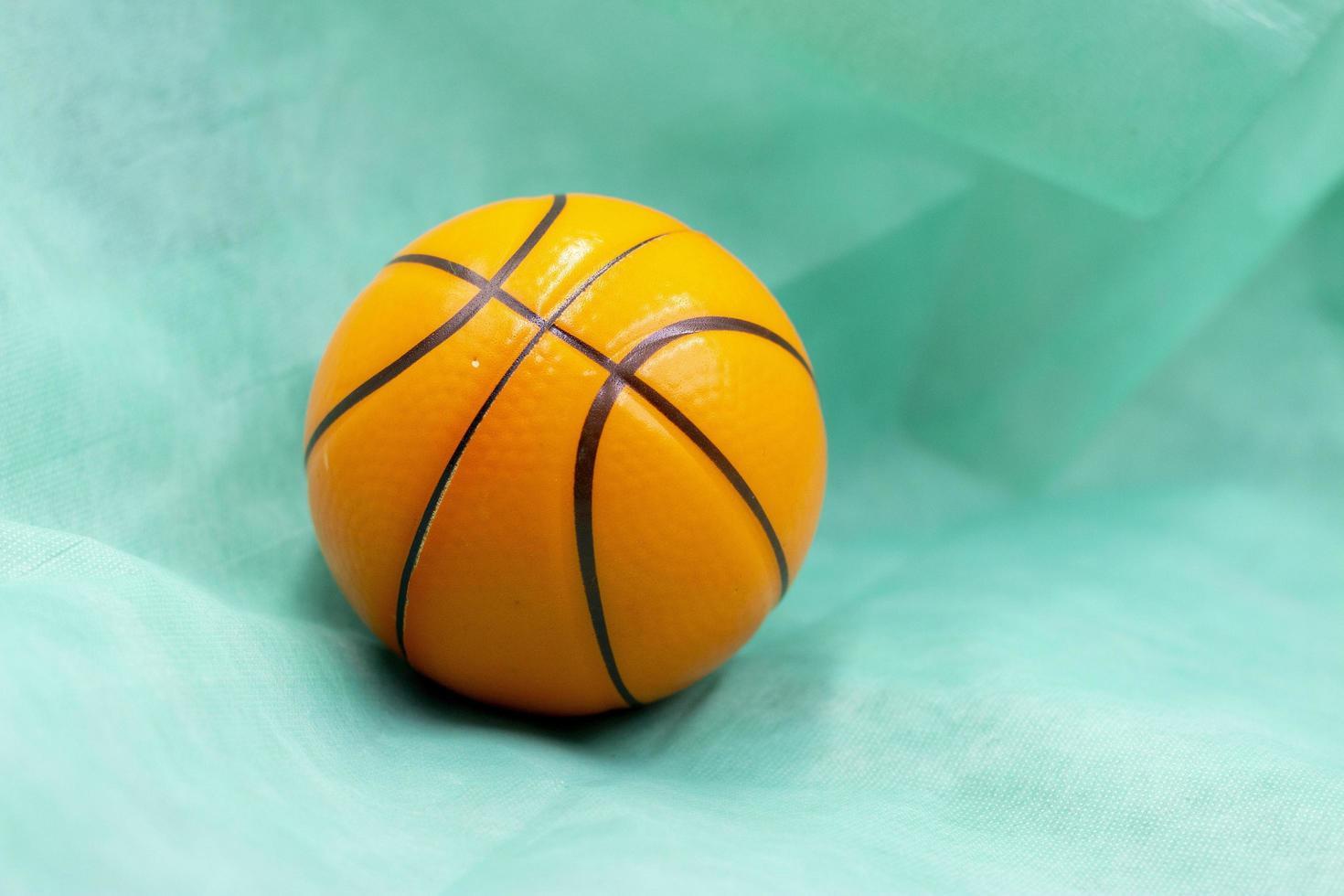 el baloncesto es sobre fondo verde foto