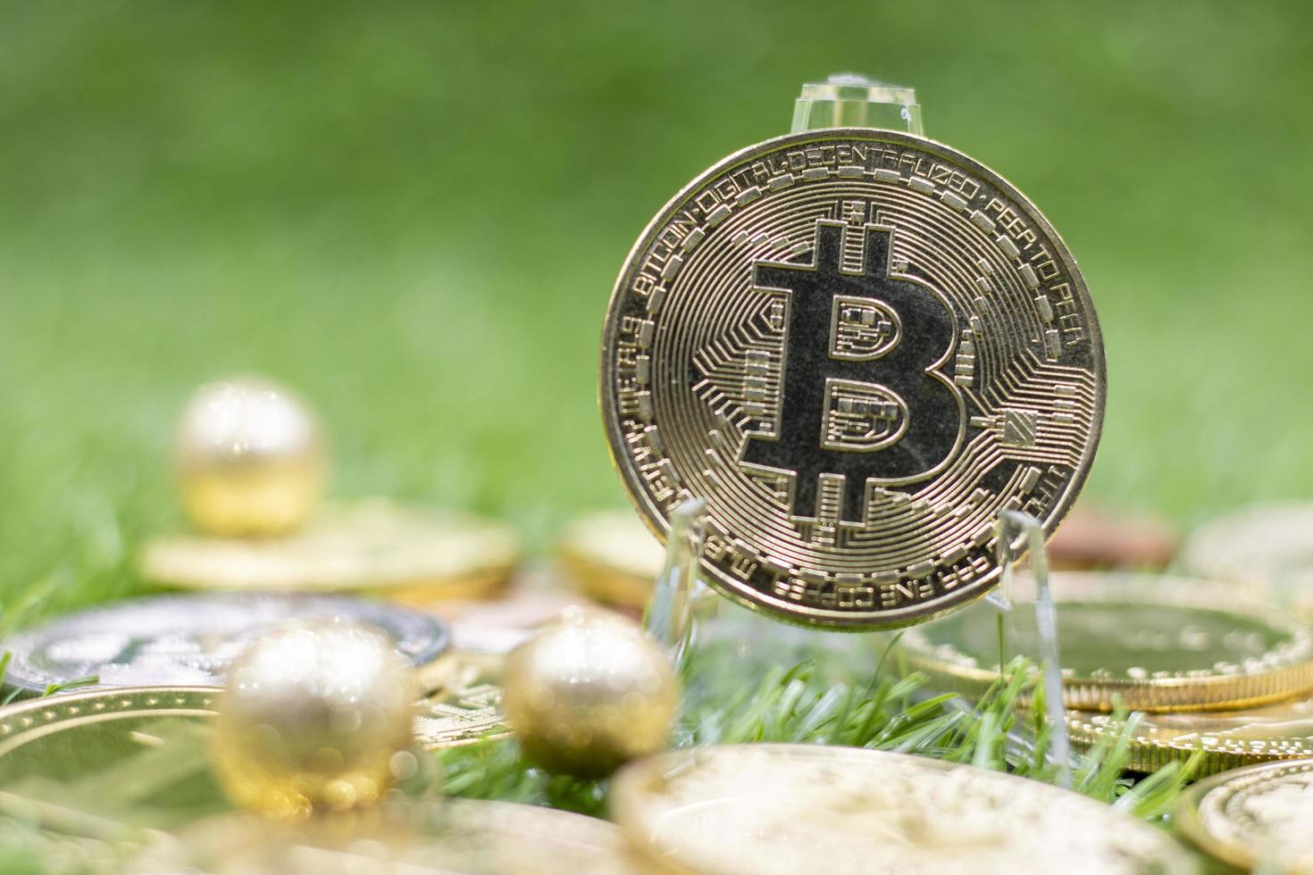 bitcoin está sobre fondo verde foto
