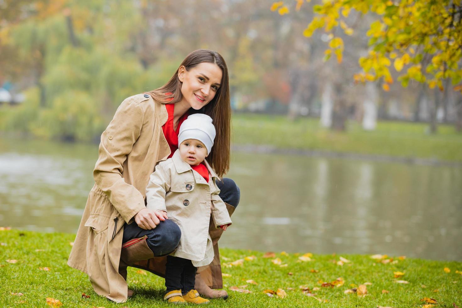 familia feliz jugando al aire libre en el parque, invierno, vida otoñal foto