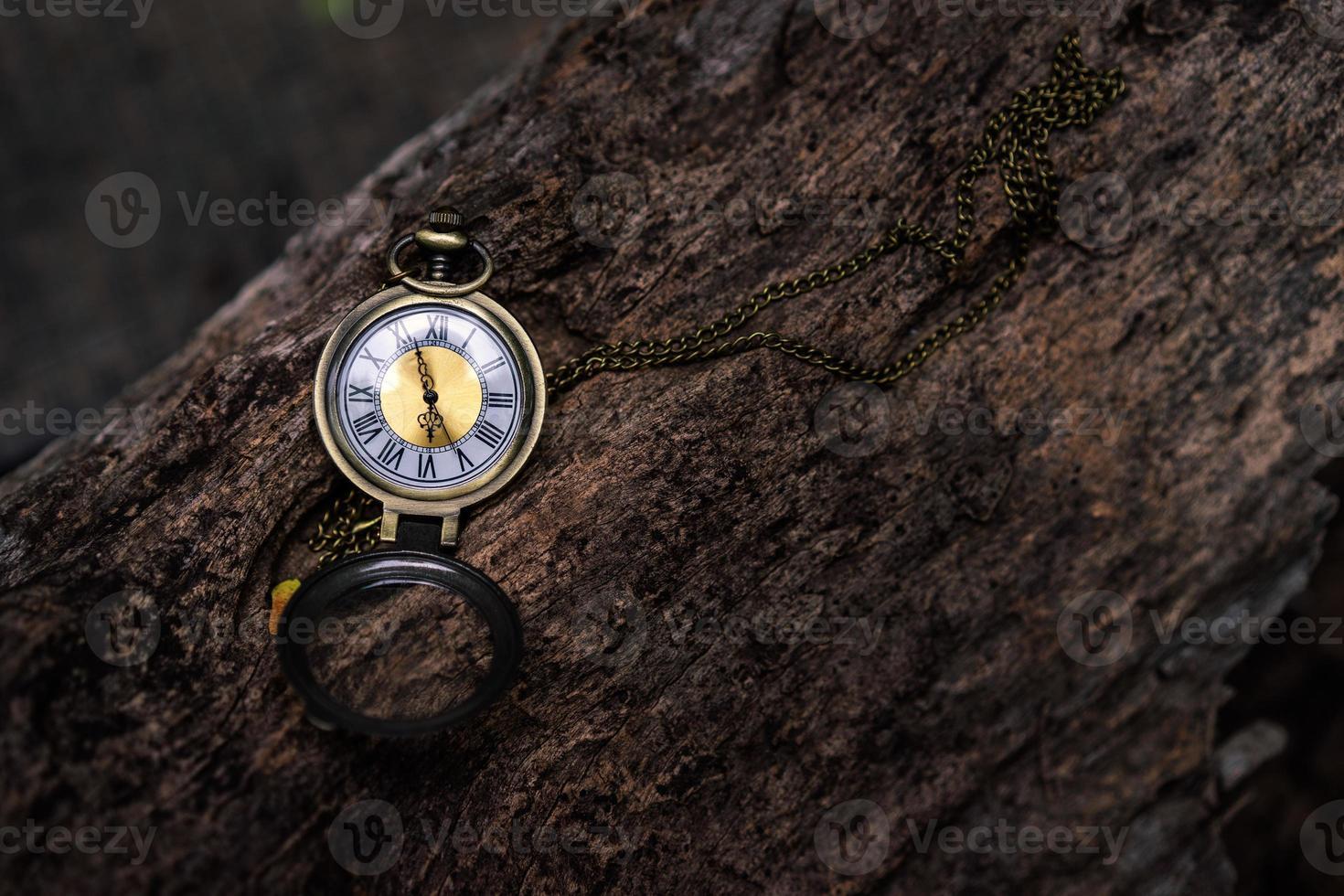 Reloj de bolsillo vintage en el fondo de madera vieja con espacio de copia foto