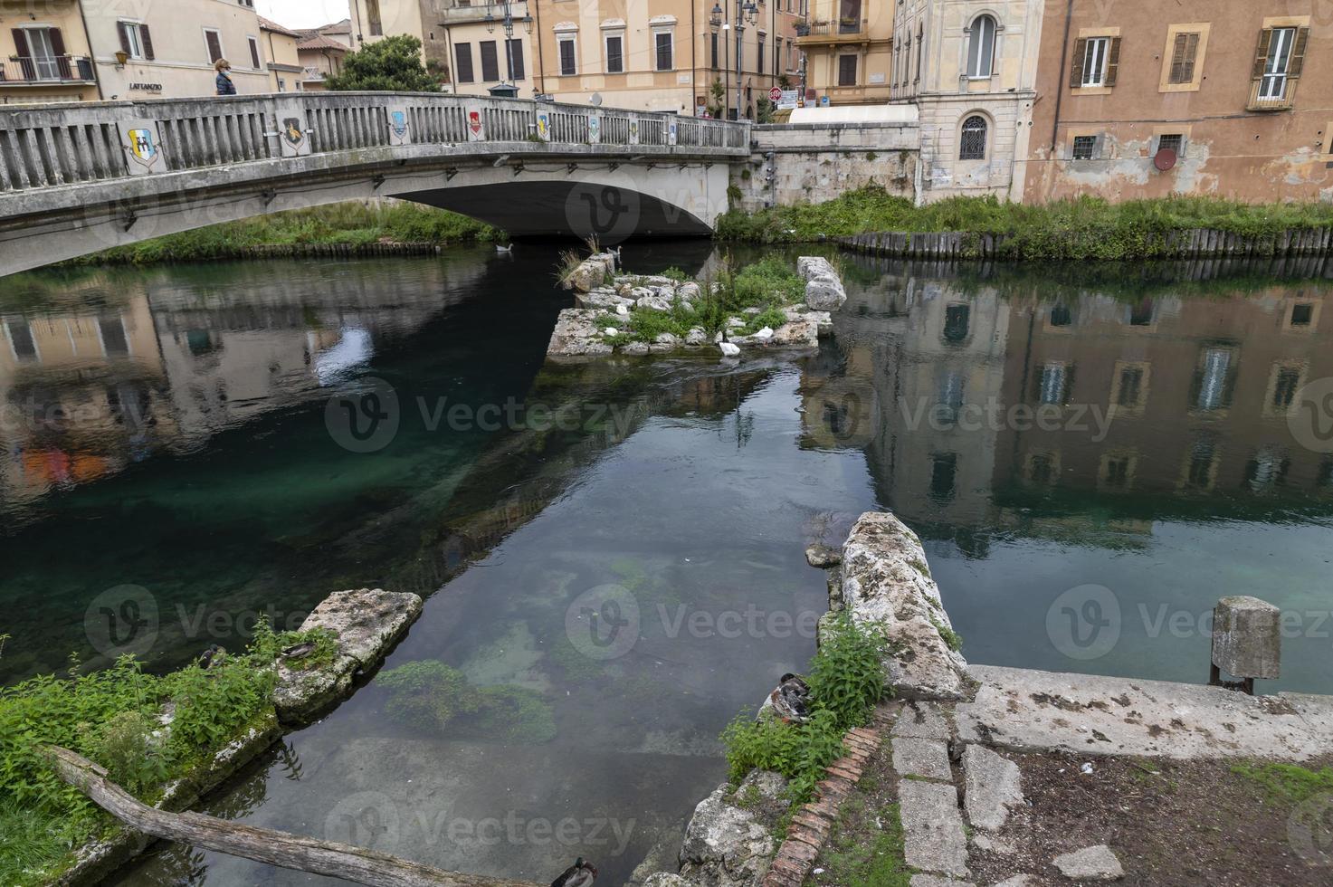 Puente romano sobre el río Velino en la ciudad de Rieti, Italia, 2020 foto