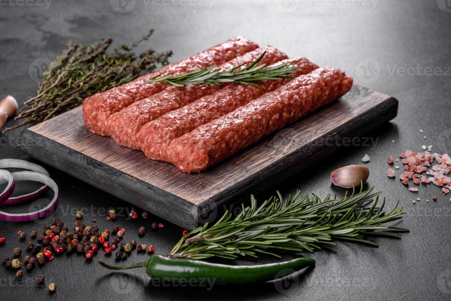 Carne picada fresca cruda para kebab a la parrilla con especias y hierbas foto