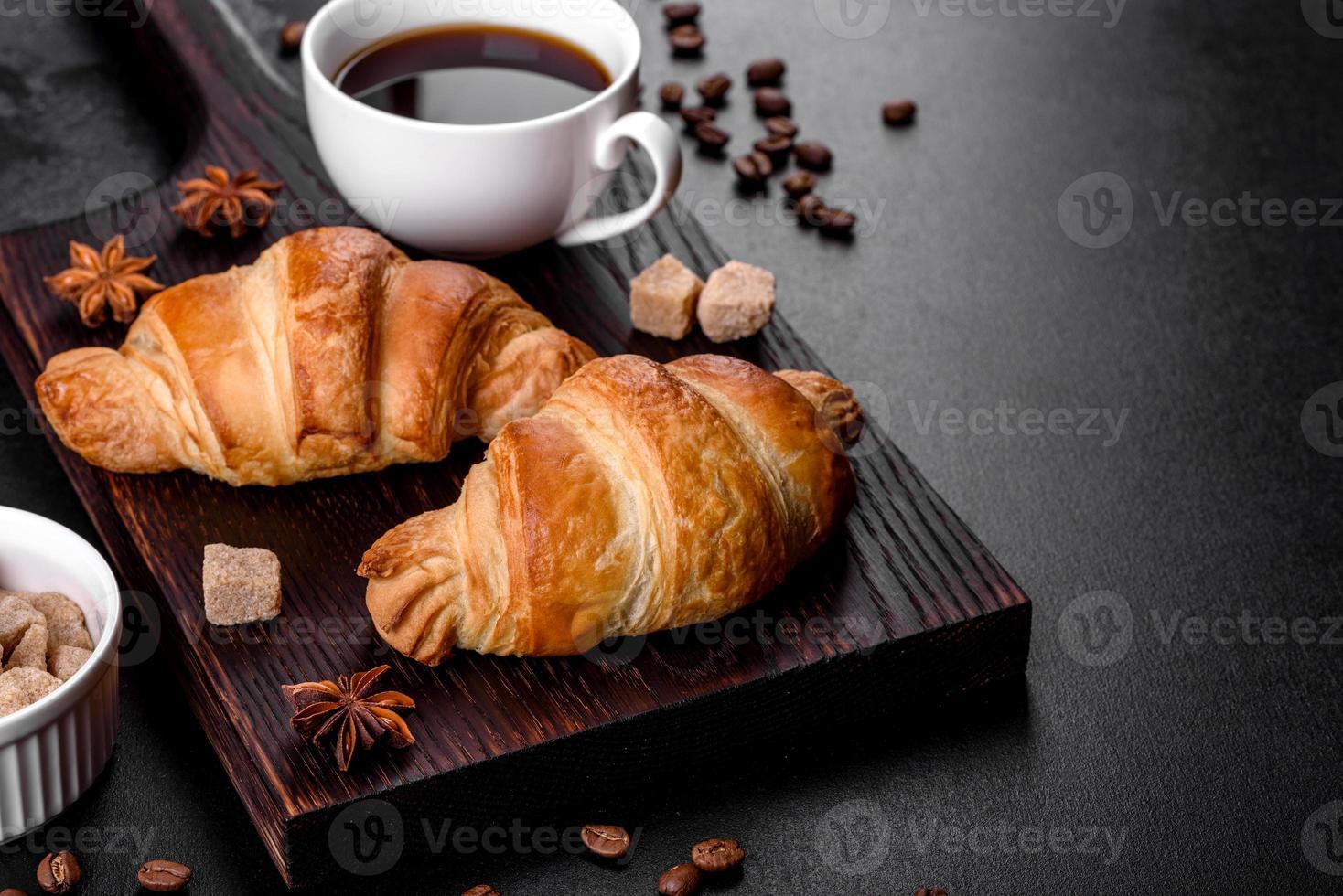 delicioso croissant francés fresco y crujiente con una taza de café aromático foto