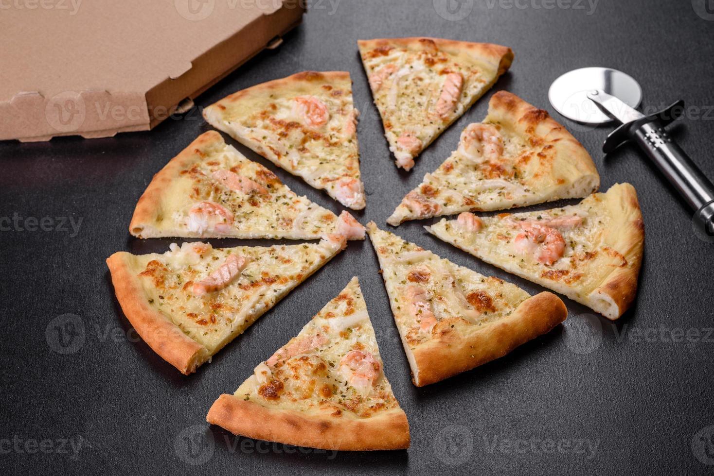 deliciosa pizza de horno de mariscos frescos foto