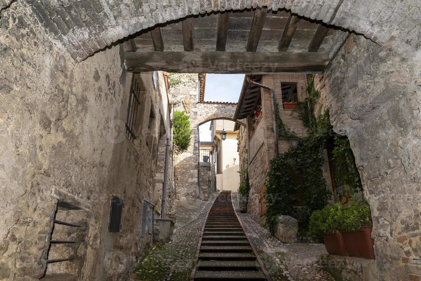 edificios en el pueblo de san gemini, italia, 2020 foto