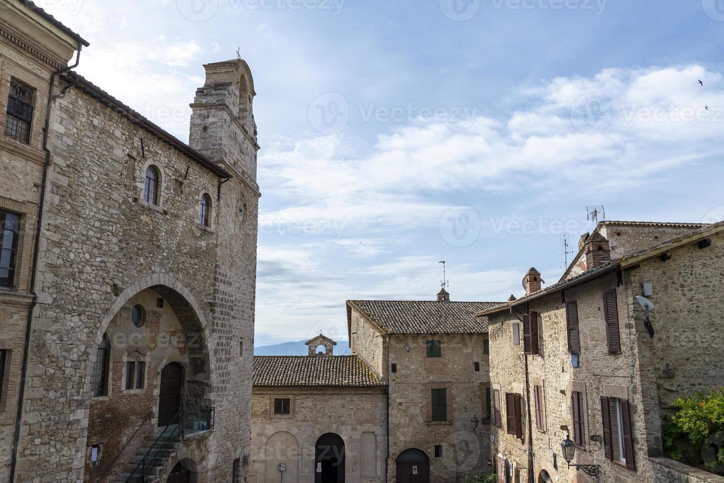 edificios en la ciudad de san gemini, italia, 2020 foto