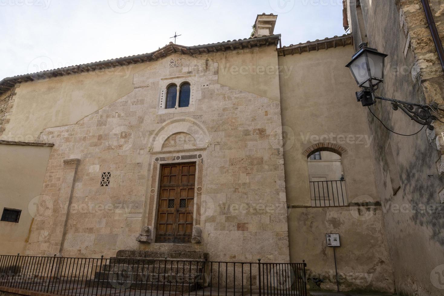 iglesia dentro de la ciudad de san gemini, italia, 2020 foto