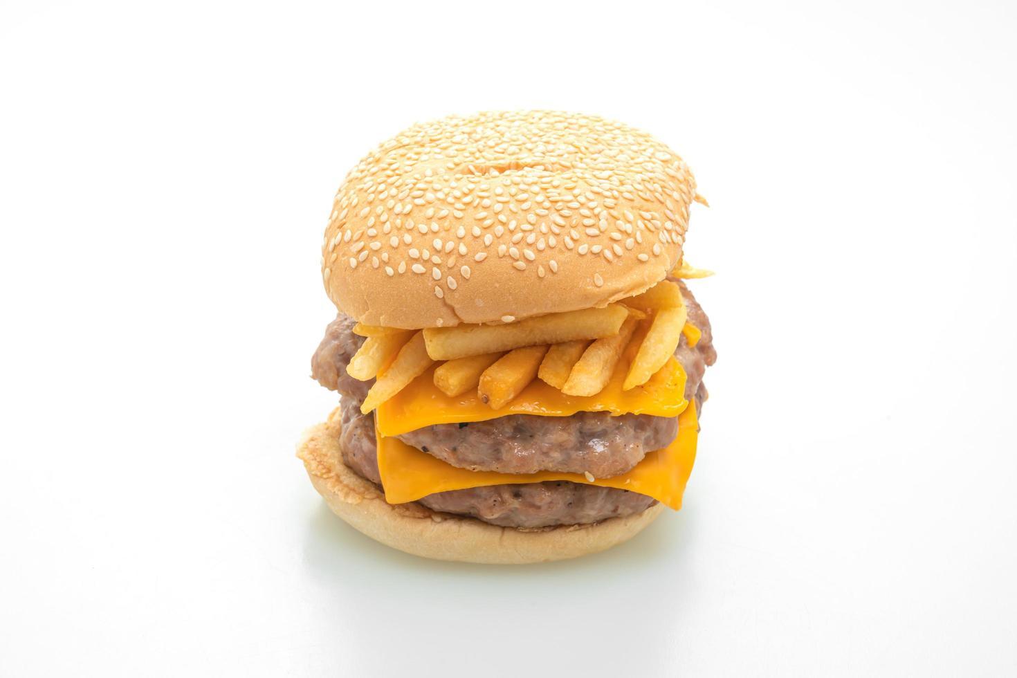Hamburguesa de cerdo o hamburguesa de cerdo con queso y papas fritas aislado sobre fondo blanco. foto