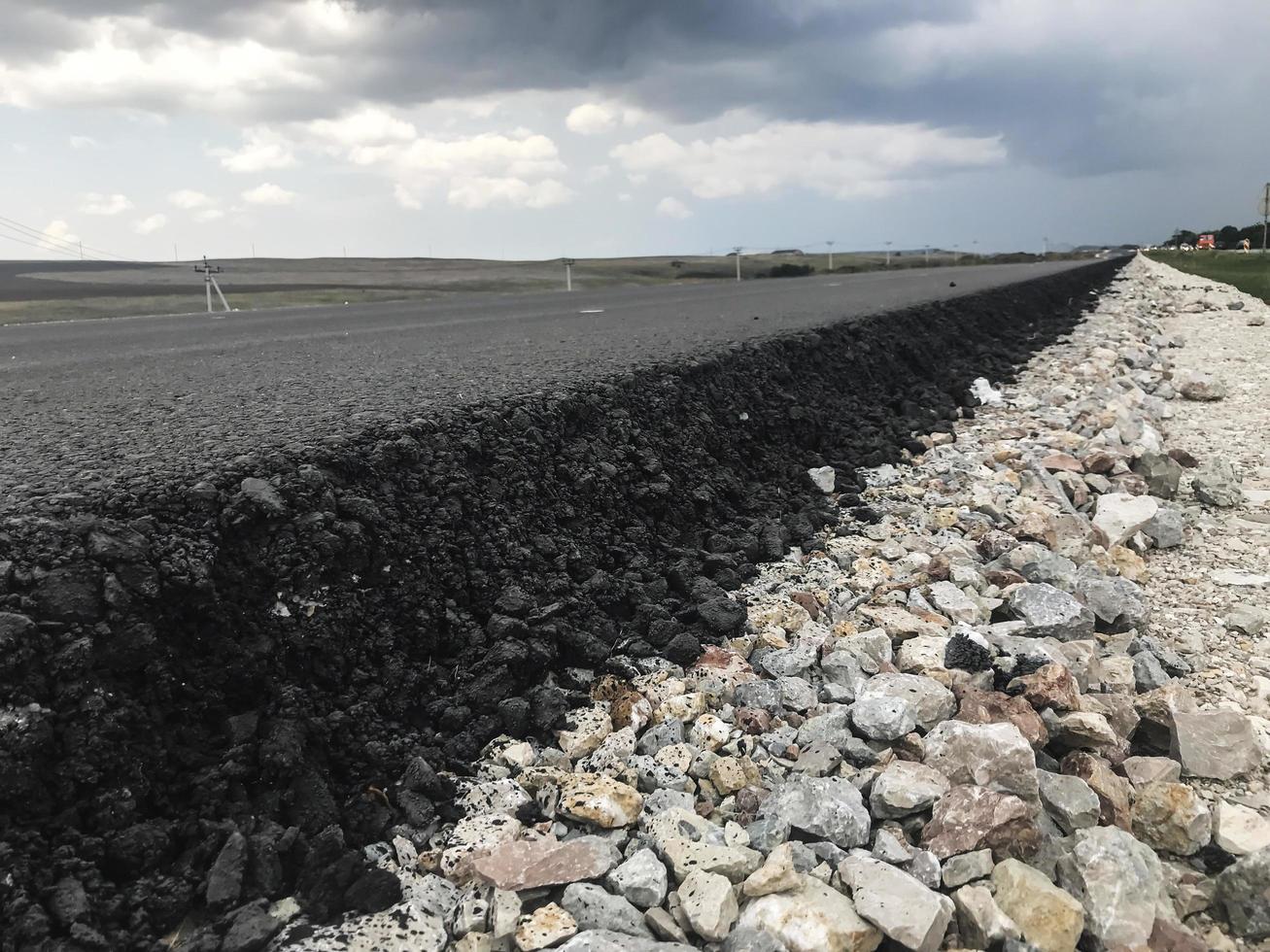 asfalto nuevo en una carretera. vista lateral. Rusia foto