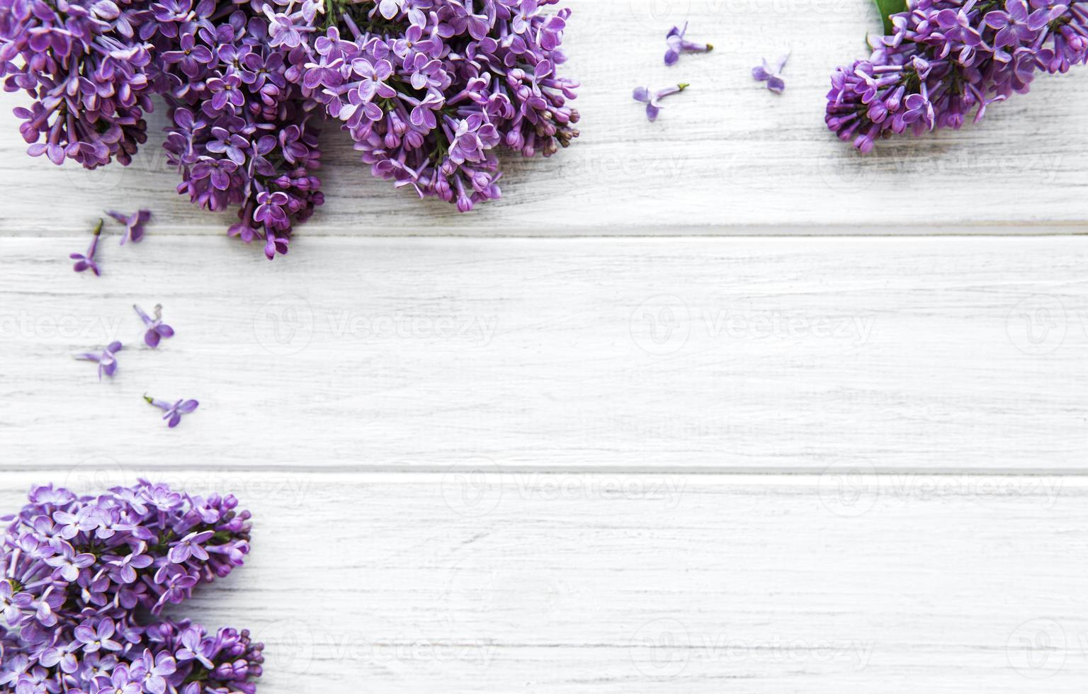 Flores de color lila sobre un fondo de madera blanca foto