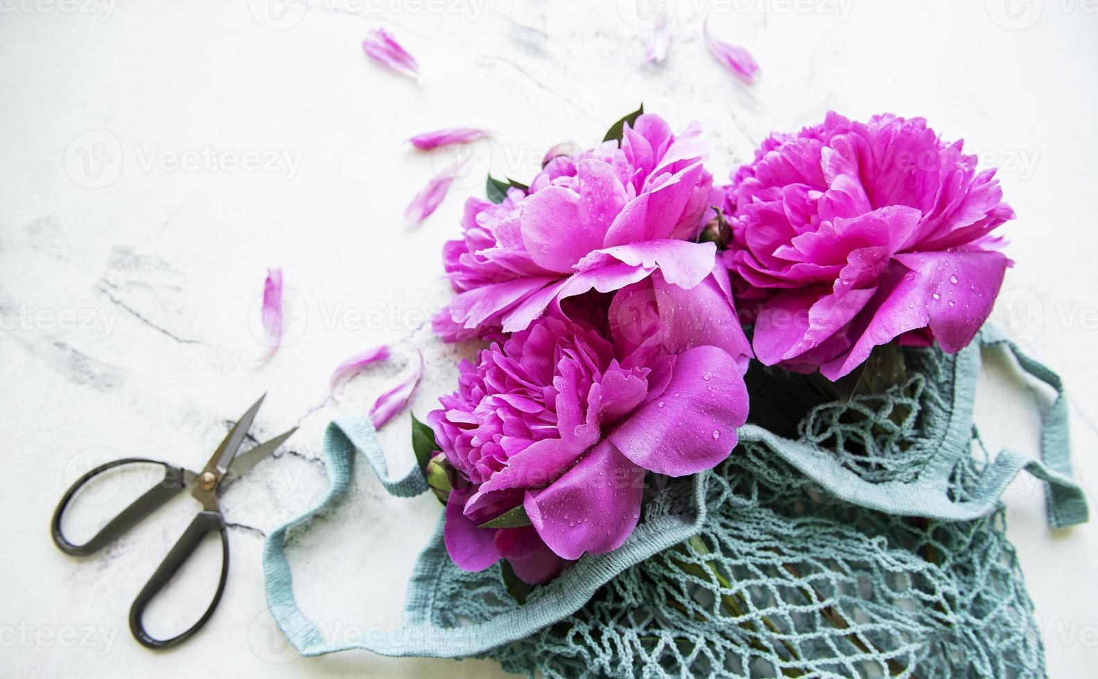 flores de peonía rosa en bolsa de hilo foto
