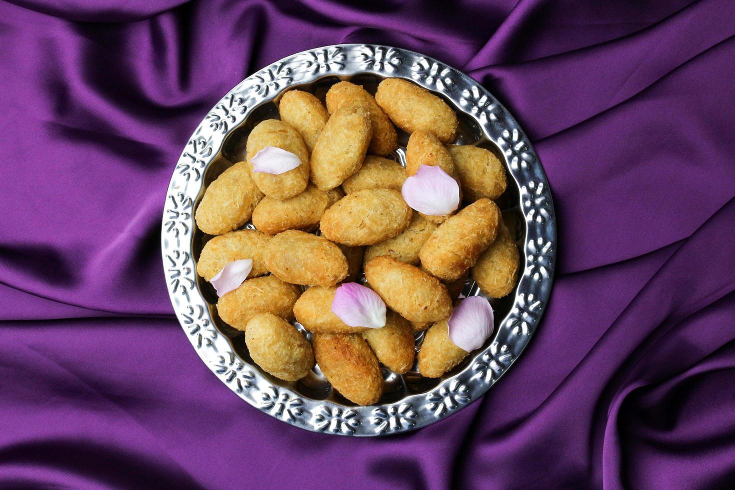 Deliciosos alimentos de panadería con flores. foto