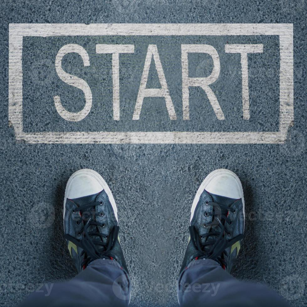 par de zapatos de pie en la pasarela e iniciar el texto foto