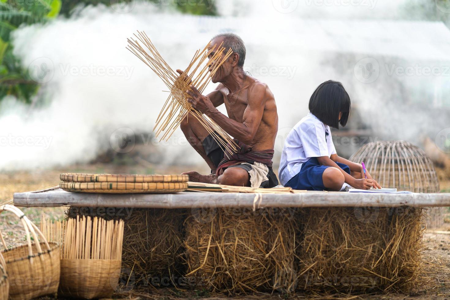 anciano y artesanía de bambú con niña estudiante foto