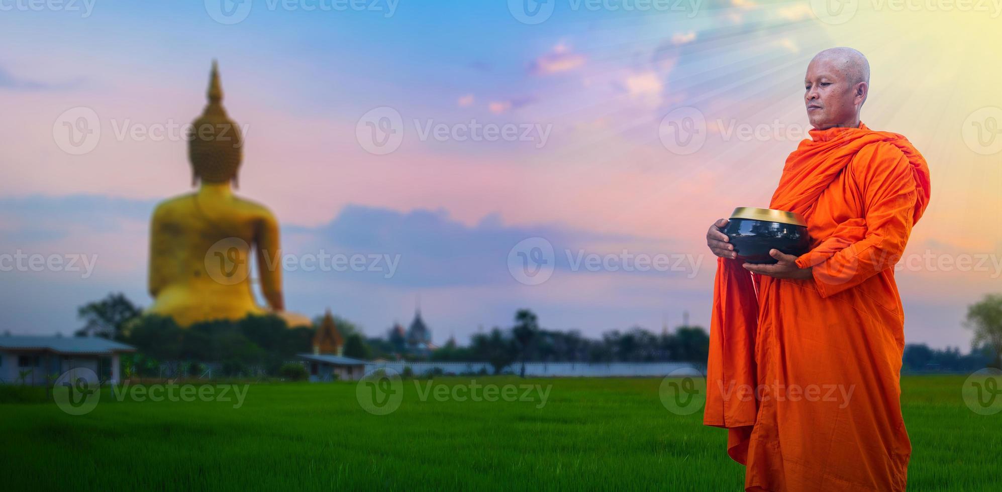 monjes budistas sosteniendo cuencos de arroz foto