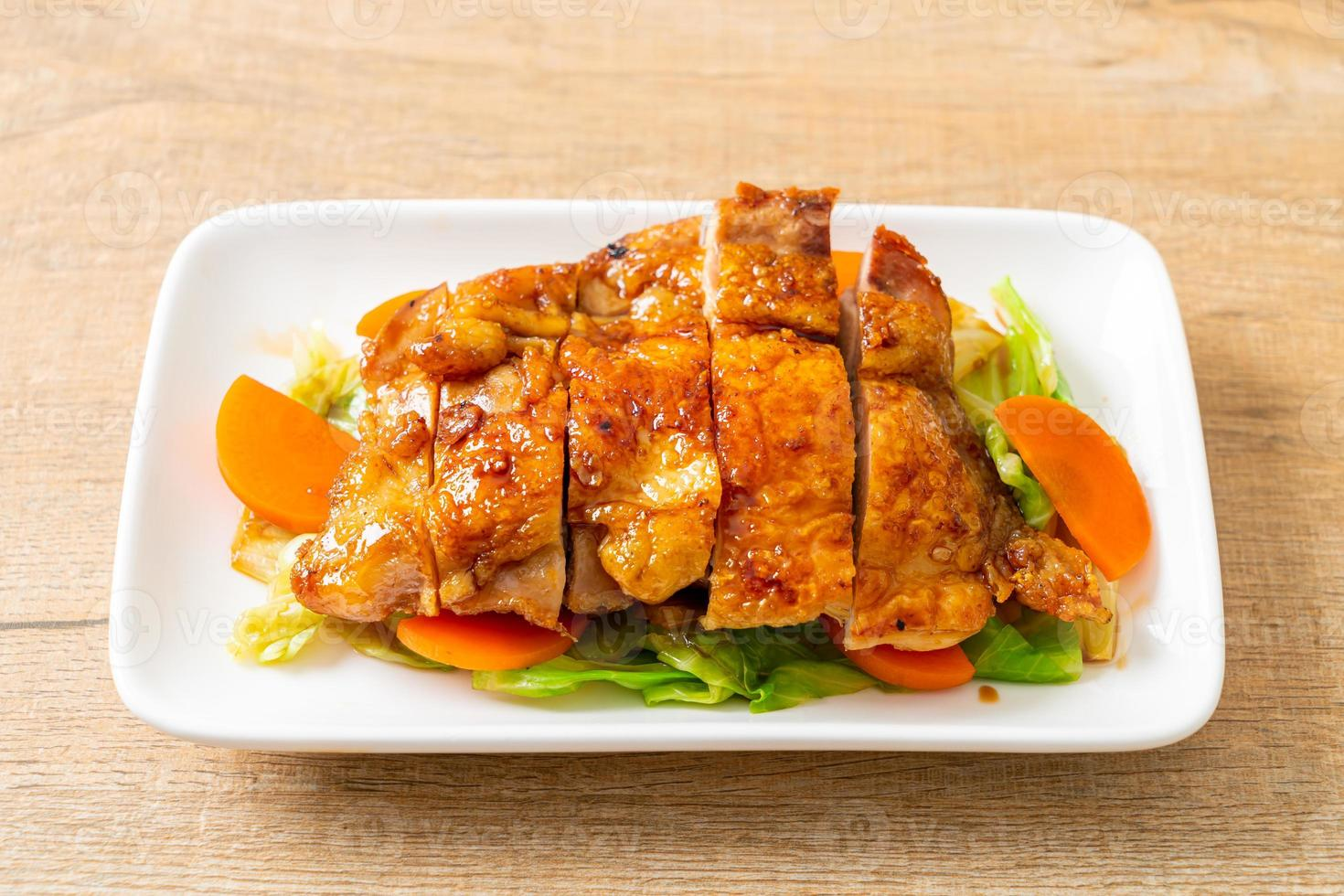 Filete de pollo teppanyaki teriyaki con repollo y zanahoria foto