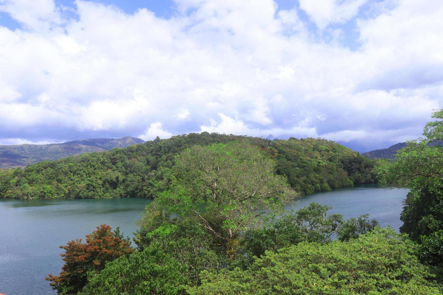 lago y montañas foto
