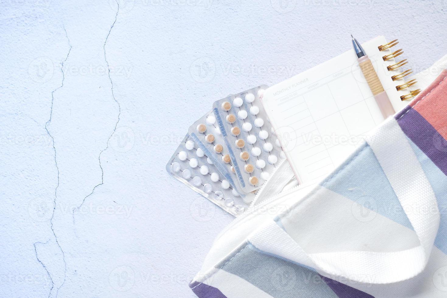 Pastillas anticonceptivas sobre fondo de madera, cerrar foto