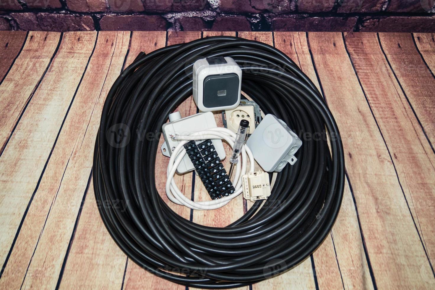caja de herramientas con material electrónico y equipos para la instalación foto