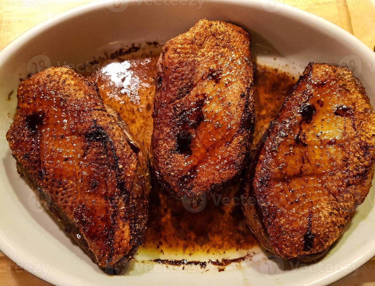 Magret de pato frito con col lombarda y croquetas foto