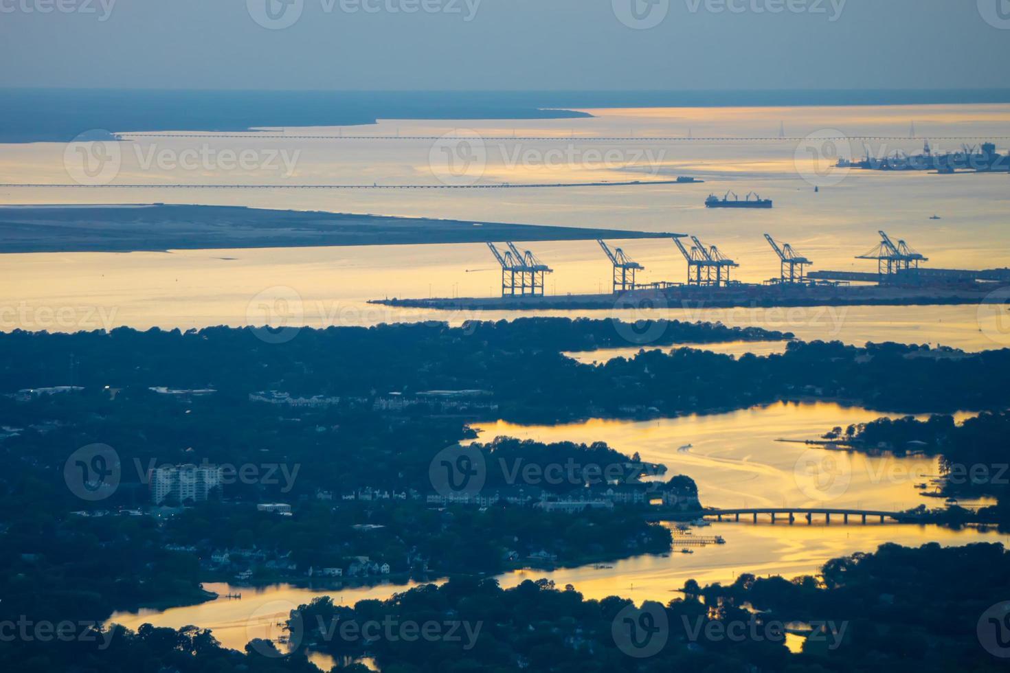 Norfolk, Virginia, VA, ciudad portuaria al atardecer foto